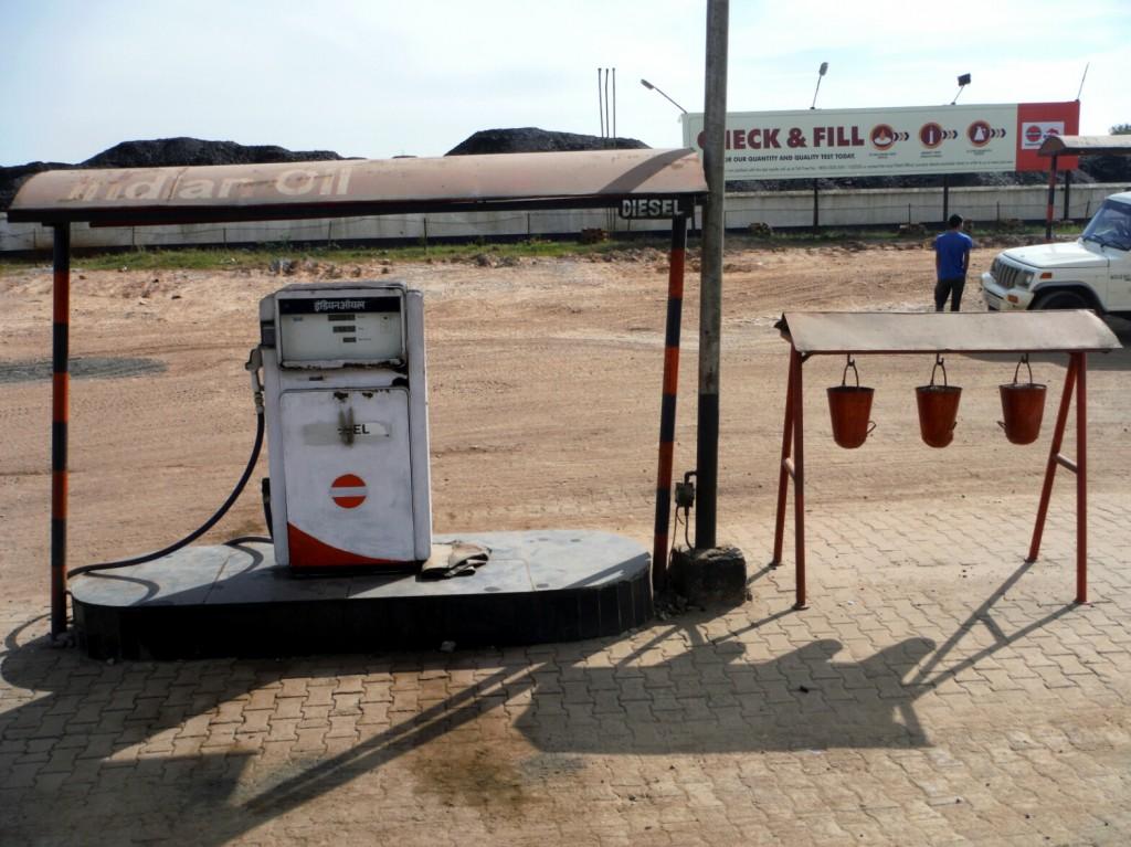 Stacja benzynowa, po prawej środki gaśnicze