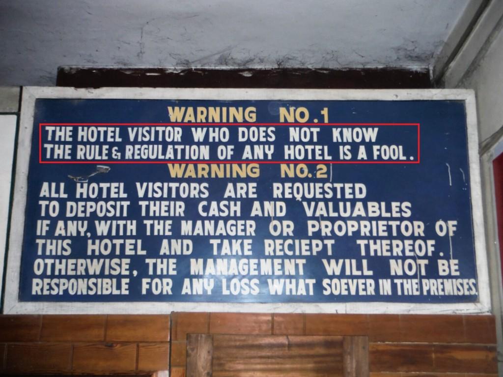 """Tablica w hotelu (""""Kto nie zna zasad panujących w hotelu, ten jest głupcem"""")"""