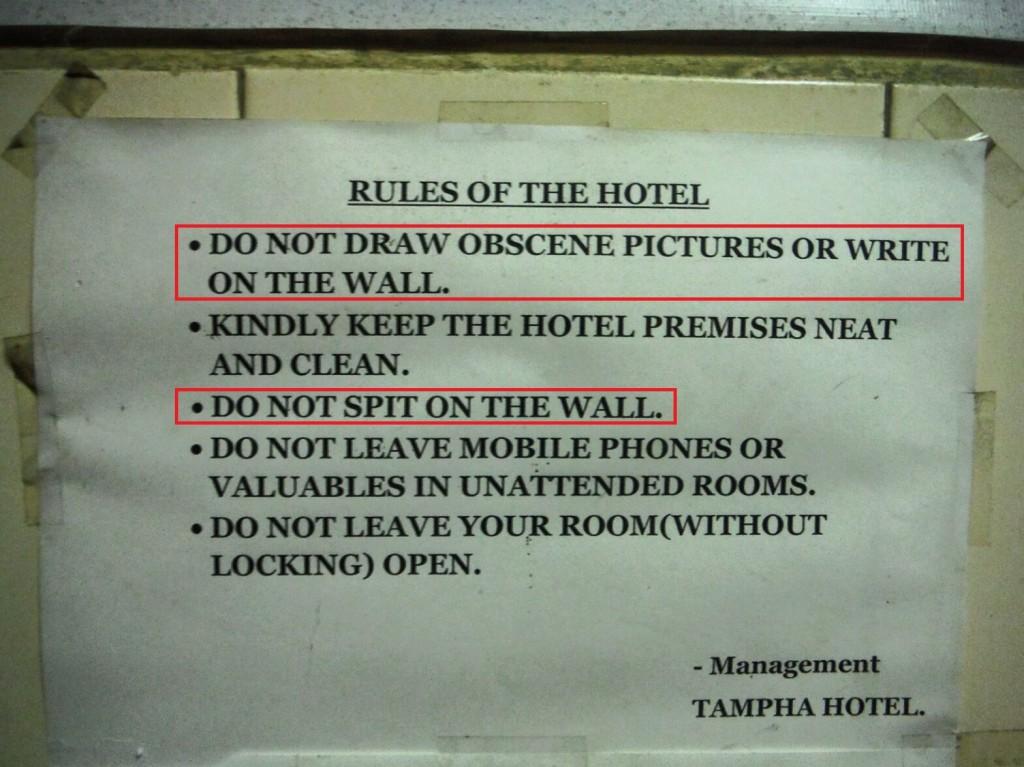 """Tablica w innym hotelu (""""Nie rysować sprośnych rysunków na ścianach"""" oraz """"Nie pluć na ściany"""")"""
