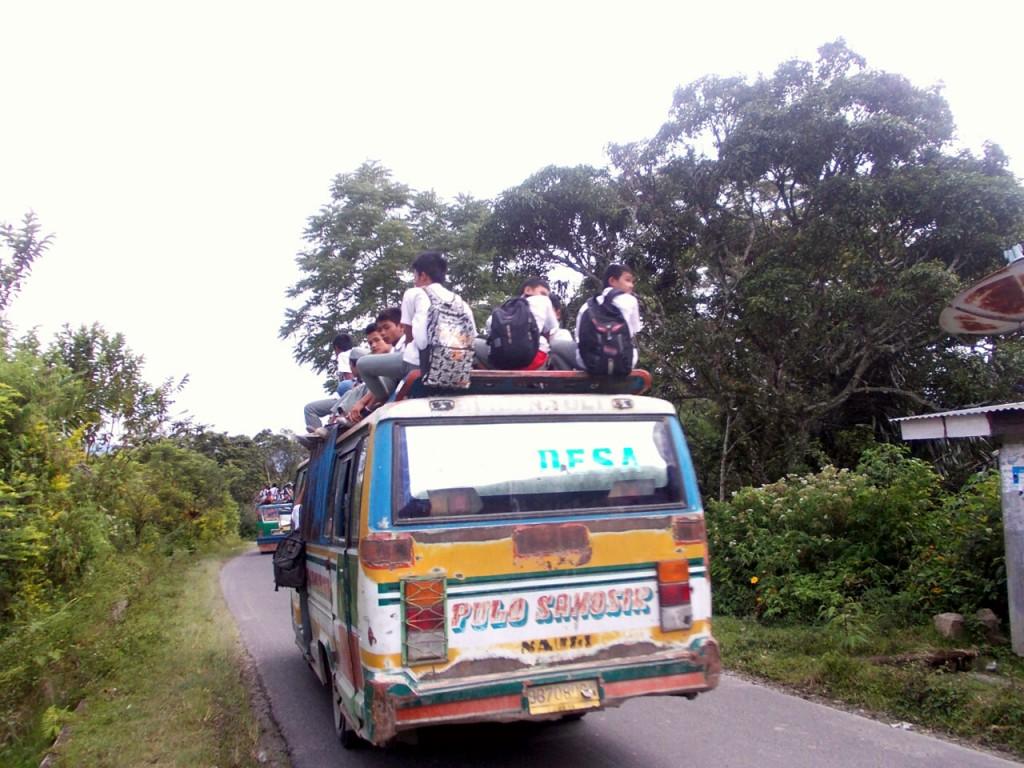 Autobus szkolny na wyspie Samosir