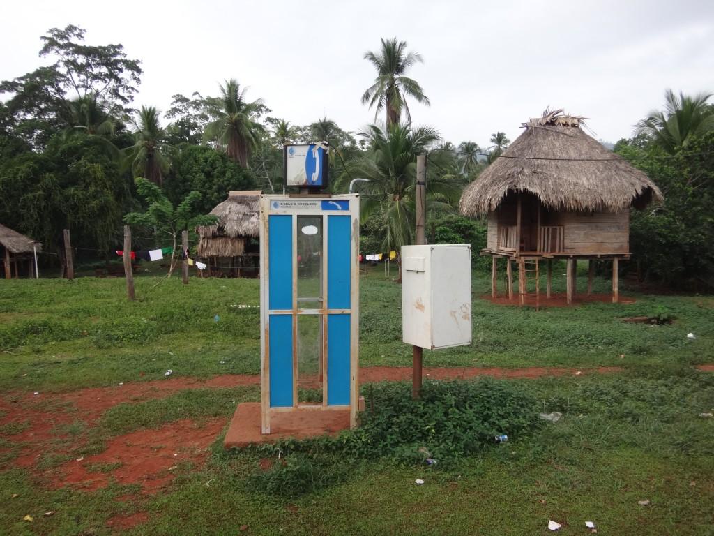 Budka telefoniczna w wiosce