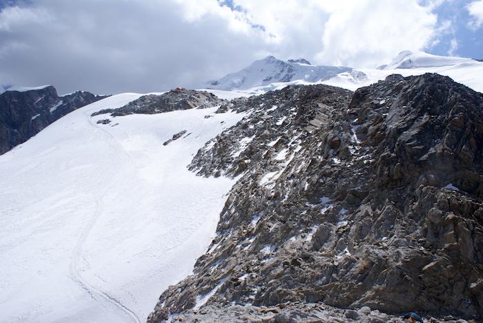 Widok z obozu wysokiego w stronę szczytu