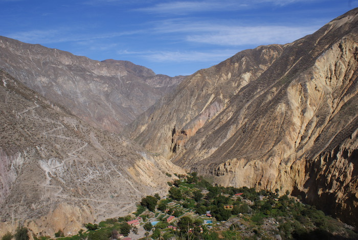 Widok na Oasis (w dole) i ścieżkę, którą schodziliśmy wczoraj (z lewej)